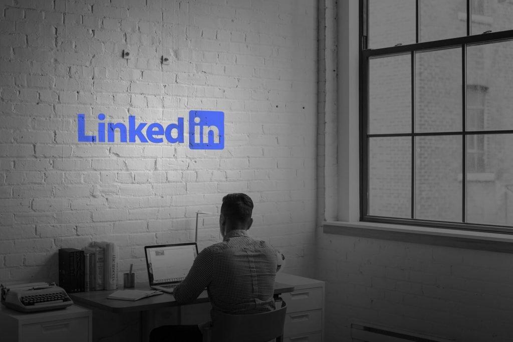 LinkedIn: cum îți faci profilul ideal și cum îți găsești un job mai bun. Două video-uri de YouTube speciale dedicate platformei LinkedIn.